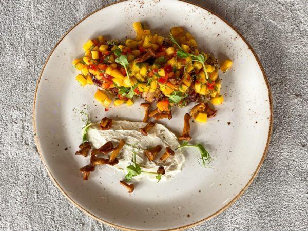 Филе цыпленка с лисичками и персиковой сальсой | Ресторан Максима Пицца