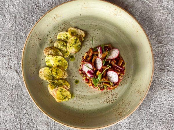 Тартар по-тоскански с лисичками и картофелем | Ресторан Максима Пицца