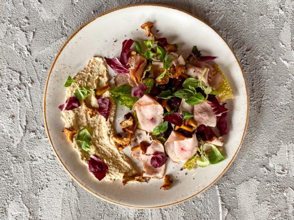 Салат с копченой уткой и лисичками | Ресторан Максима Пицца